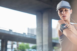 Woman playing music before exercisingの写真素材 [FYI02628712]