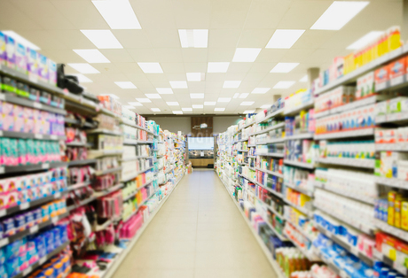 Defocussed view of grocery store aisleの写真素材 [FYI02628755]