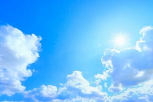 雲と太陽に光芒の写真素材 [FYI02628877]