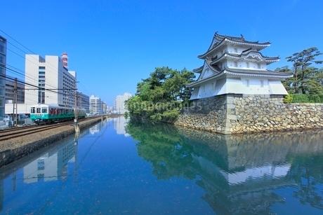 高松城(玉藻城)の艮櫓(丑寅櫓)と堀端をを走る「ことでん」の写真素材 [FYI02629009]