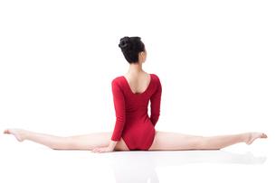 Female gymnast performing rhythmic gymnasticsの写真素材 [FYI02629586]