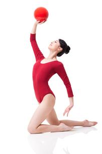 Female rhythmic gymnast performing with ballの写真素材 [FYI02629620]