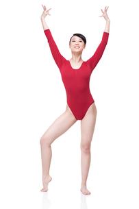 Female gymnast performing rhythmic gymnasticsの写真素材 [FYI02629628]