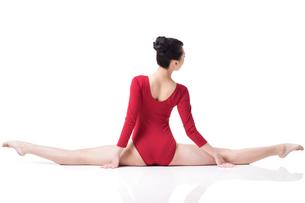 Female gymnast performing rhythmic gymnasticsの写真素材 [FYI02629635]