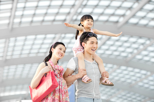 Cheerful young family at the airportの写真素材 [FYI02629884]