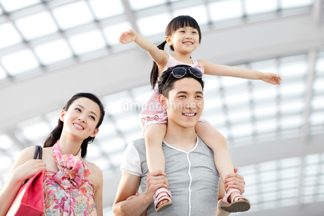 Cheerful young family at the airportの写真素材 [FYI02630212]