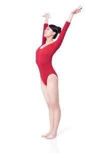 Female gymnast performing rhythmic gymnasticsの写真素材 [FYI02630292]