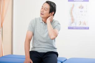Senior patient holding his painful neckの写真素材 [FYI02631561]