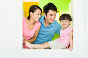 Happy young familyの写真素材 [FYI02631787]
