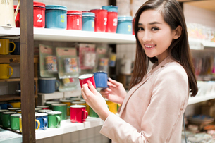 Young woman buying souvenirs in gift shopの写真素材 [FYI02633175]