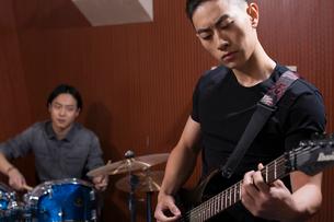 Musical band in recording studioの写真素材 [FYI02634546]