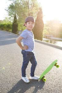 Happy little boy with skateboardの写真素材 [FYI02634623]