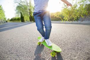 Happy little boy skateboardingの写真素材 [FYI02634677]