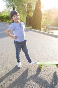 Happy little boy with skateboardの写真素材 [FYI02634735]