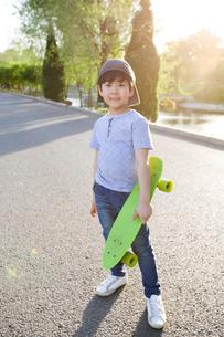 Happy little boy with skateboardの写真素材 [FYI02634787]