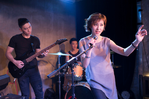 Musical band performing on stageの写真素材 [FYI02635297]