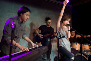 Musical band performing on stageの写真素材 [FYI02635336]