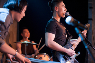 Musical band performing on stageの写真素材 [FYI02635341]