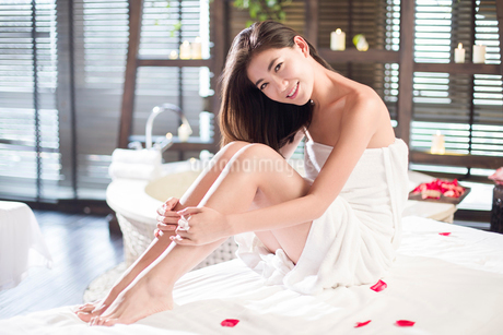 Beautiful young woman relaxing on massage tableの写真素材 [FYI02636984]