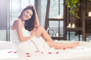 Beautiful young woman relaxing on massage tableの写真素材 [FYI02636990]