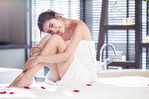 Beautiful young woman relaxing on massage tableの写真素材 [FYI02636996]