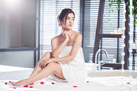Beautiful young woman relaxing on massage tableの写真素材 [FYI02637006]