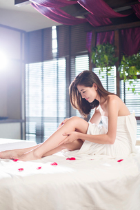 Beautiful young woman relaxing on massage tableの写真素材 [FYI02637015]