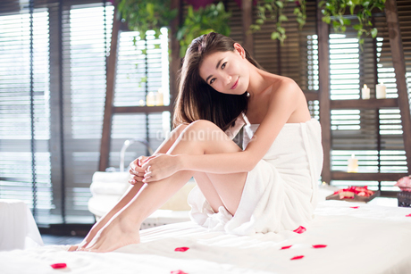 Beautiful young woman relaxing on massage tableの写真素材 [FYI02637019]