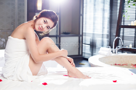 Beautiful young woman relaxing on massage tableの写真素材 [FYI02637022]