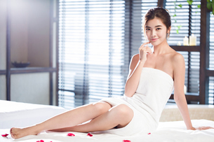 Beautiful young woman relaxing on massage tableの写真素材 [FYI02637025]