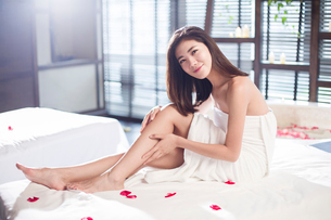 Beautiful young woman relaxing on massage tableの写真素材 [FYI02637032]