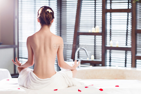 Rear view of beautiful young woman meditatingの写真素材 [FYI02637033]