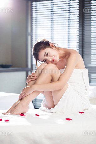 Beautiful young woman relaxing on massage tableの写真素材 [FYI02637045]