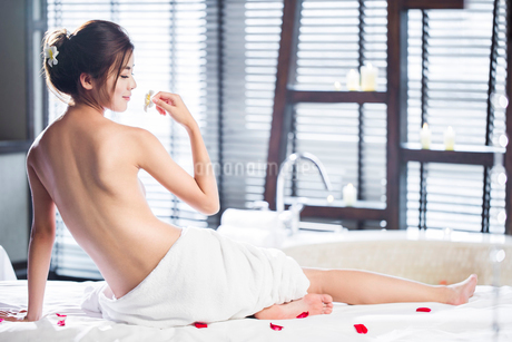 Rear view of beautiful young woman wrapped in towelの写真素材 [FYI02637046]