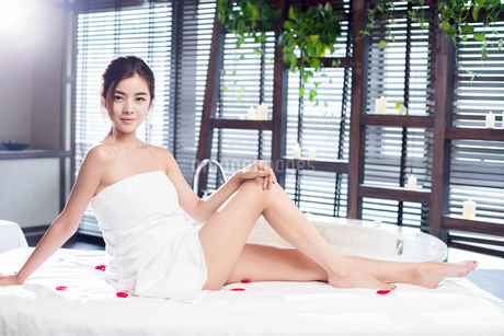 Beautiful young woman relaxing on massage tableの写真素材 [FYI02637049]