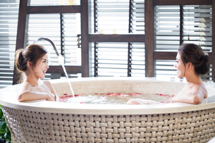 Beautiful young women in bathtub with rose petalsの写真素材 [FYI02637058]
