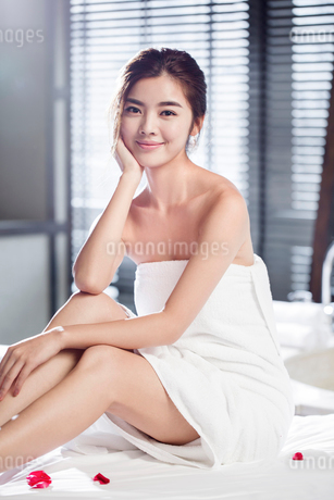 Beautiful young woman relaxing on massage tableの写真素材 [FYI02637082]