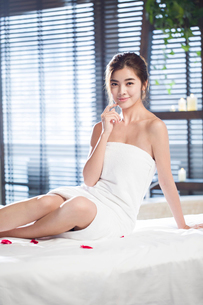 Beautiful young woman relaxing on massage tableの写真素材 [FYI02637083]