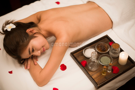 Beautiful young woman relaxing on massage tableの写真素材 [FYI02637091]