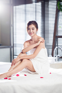 Beautiful young woman relaxing on massage tableの写真素材 [FYI02637096]