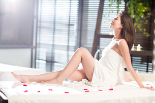Beautiful young woman relaxing on massage tableの写真素材 [FYI02637110]