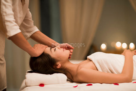 Young woman receiving facial massage at spa centerの写真素材 [FYI02637130]