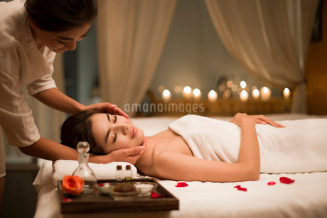Young woman receiving facial massage at spa centerの写真素材 [FYI02637134]