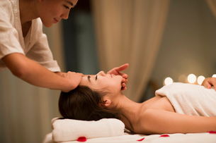 Young woman receiving facial massage at spa centerの写真素材 [FYI02637140]
