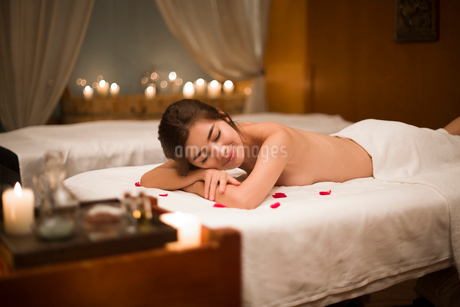 Beautiful young woman relaxing on massage tableの写真素材 [FYI02637146]