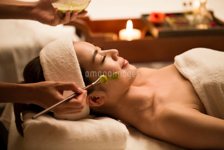 Beautiful young woman having facial treatmentの写真素材 [FYI02637147]