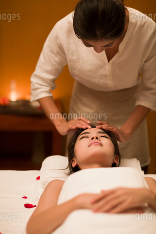Young woman receiving facial massage at spa centerの写真素材 [FYI02637180]