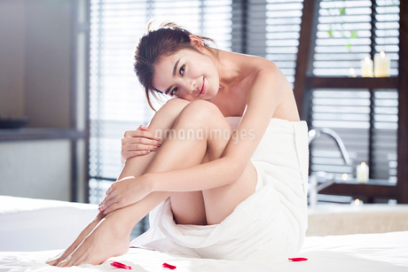 Beautiful young woman relaxing on massage tableの写真素材 [FYI02637277]
