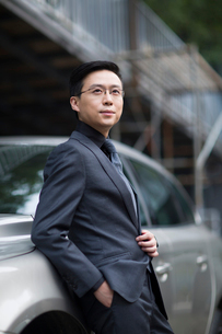 Mid adult businessman standing next to the carの写真素材 [FYI02637580]