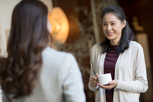 Elegance mature Chinese woman talking with young womanの写真素材 [FYI02638828]